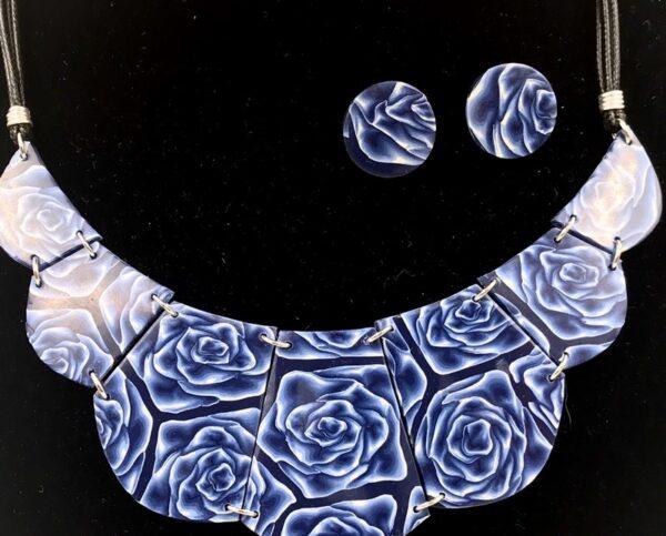Collana a bavero con rose blu sfumate.