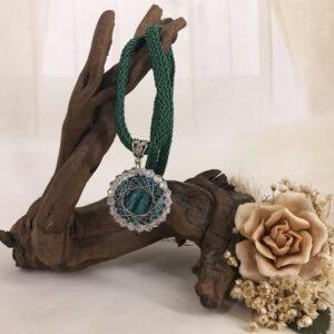 Ciondolo con pietra verde e cristalli